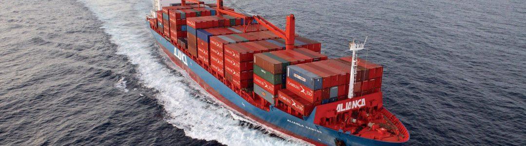 """Das 2.524 TEU-Containerschiff """"Aliança Santos"""" wird im Cabotage-Dienst der Aliança zwischen den brasilianischen Häfen eingesetzt. Dieser Dienst darf nur von brasilianischen Reedereien und Schiffen unter brasilianischer Flagge abgewickelt werden.  The 2,524 TEU container vessel """"Aliança Santos"""" is deployed in Aliança's cabotage service. Only Brazilian shipping companies and ships sailing under the Brazilian flag are permitted to operate this service."""